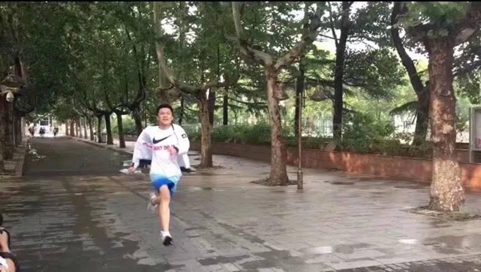 Hình ảnh nam sinh nhảy múa, chạy như bay sung sướng trước cổng trường vì đã thi xong Đại học gây bão mạng-2