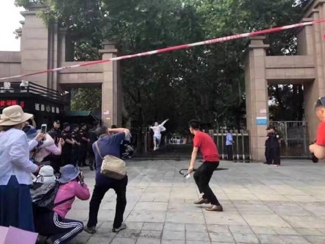 Hình ảnh nam sinh nhảy múa, chạy như bay sung sướng trước cổng trường vì đã thi xong Đại học gây bão mạng-3