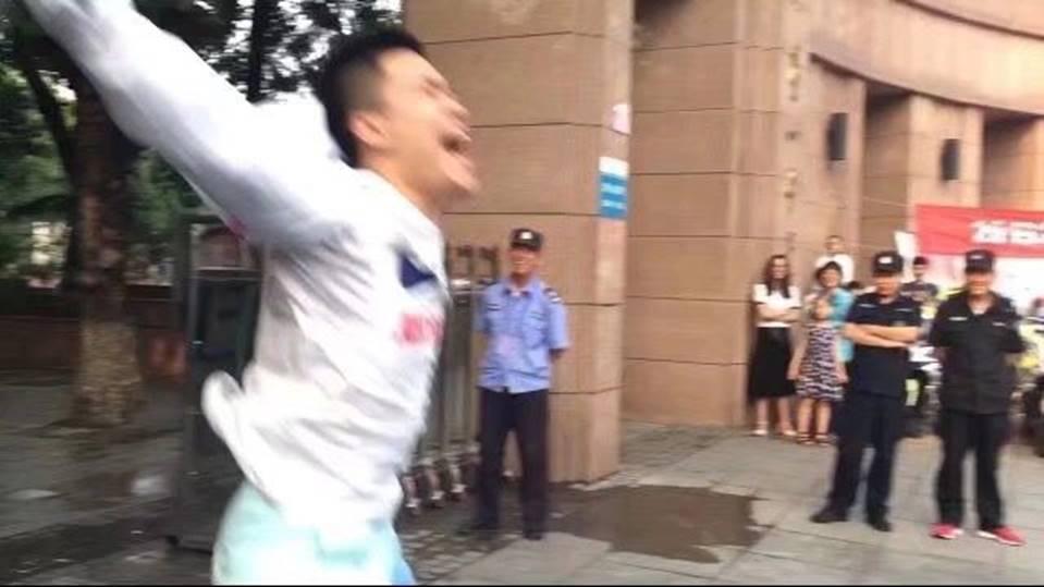 Hình ảnh nam sinh nhảy múa, chạy như bay sung sướng trước cổng trường vì đã thi xong Đại học gây bão mạng-4