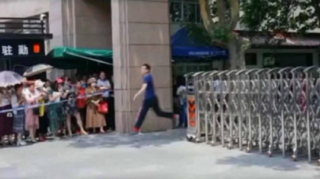 Hình ảnh nam sinh nhảy múa, chạy như bay sung sướng trước cổng trường vì đã thi xong Đại học gây bão mạng-6