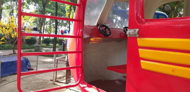 Hà Nội: Rơi máy bay mô hình trong công viên Linh Đàm, một cháu bé bị thương-1