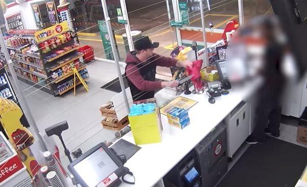Pha cướp bóc chán đời nhất thế giới: Hùng hổ lao vào cửa hàng được 15 giây đã bỏ đi-1