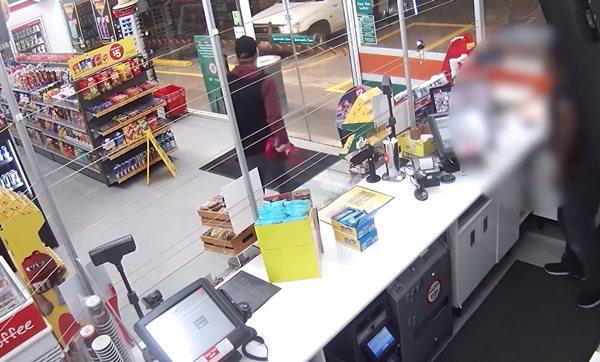 Pha cướp bóc chán đời nhất thế giới: Hùng hổ lao vào cửa hàng được 15 giây đã bỏ đi-2