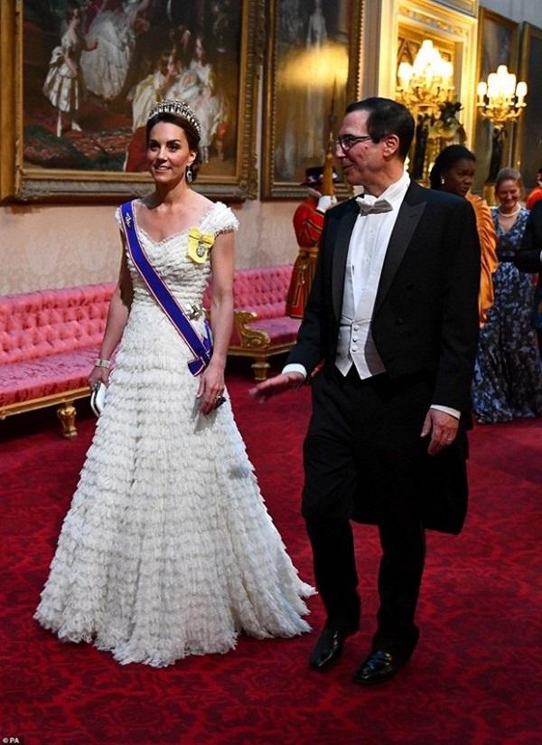 Tiết lộ mới gây sốc về thừa kế ngai vàng nước Anh: Công nương Kate đánh bật mẹ chồng Camilla chuẩn bị lên ngôi Hoàng hậu-1