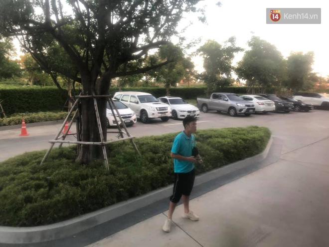 Hình ảnh đắt giá: Xuân Trường đứng lặng người tiễn tuyển Việt Nam rời Buriram-1