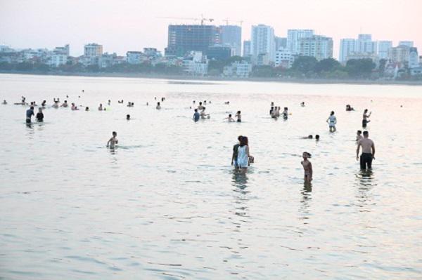 Chị em đổ xô đi bơi ngày nắng nóng, chuyên gia cảnh báo các bệnh nguy hiểm dễ mắc phải-1