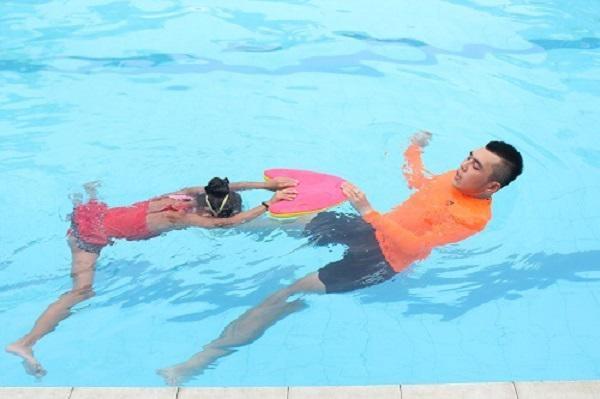 Chị em đổ xô đi bơi ngày nắng nóng, chuyên gia cảnh báo các bệnh nguy hiểm dễ mắc phải-3