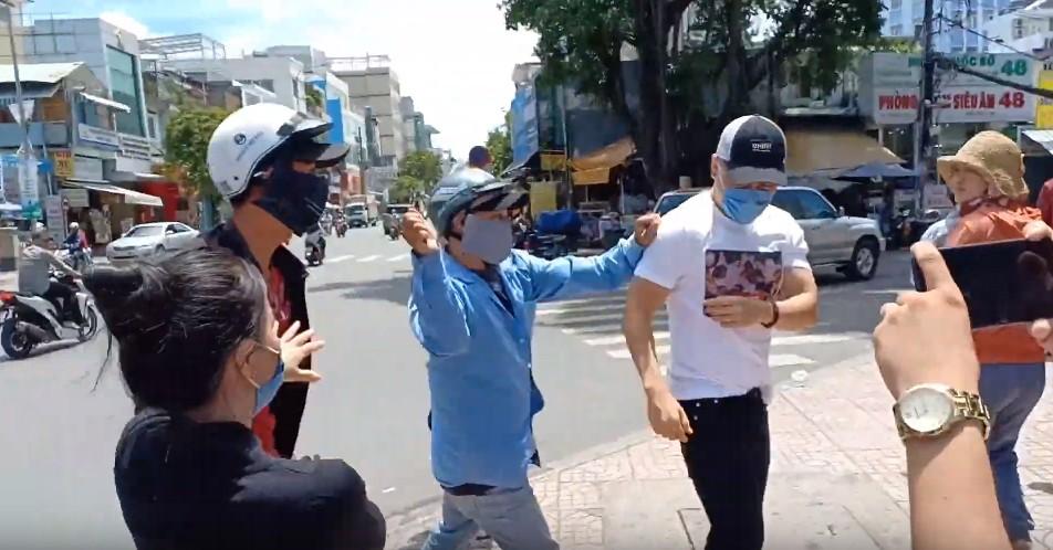 Lê Dương Bảo Lâm bị hành hung khi đang phát cơm từ thiện, đại diện nam diễn viên khẳng định không phải dàn dựng-2