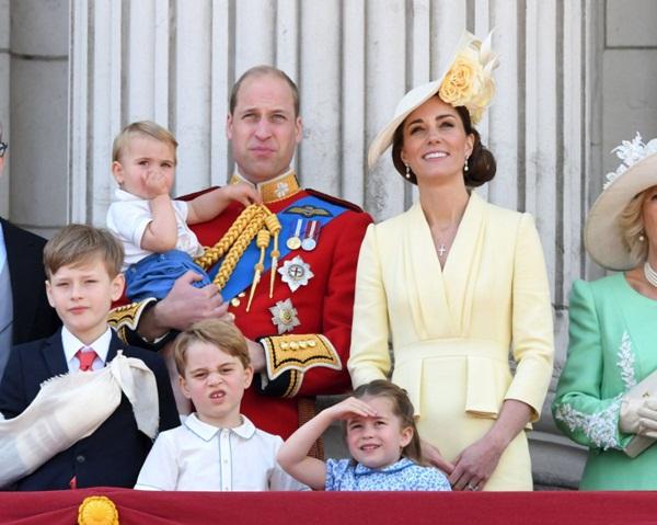 Khoảnh khắc Hoàng tử Louis lên cơn nghiện mút tay khiến người hâm mộ phát sốt và cách Công nương Kate xử lý cũng thật tài tình-2