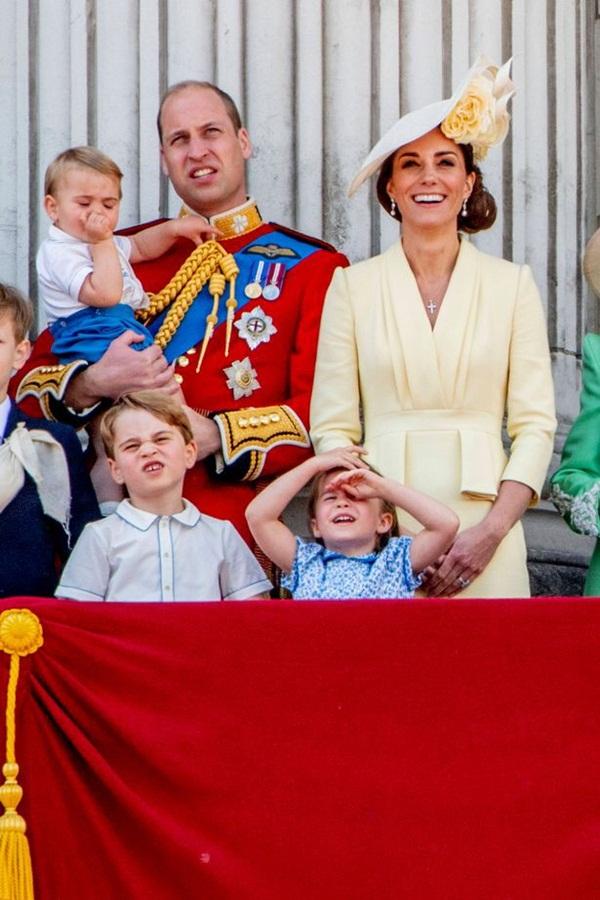 Khoảnh khắc Hoàng tử Louis lên cơn nghiện mút tay khiến người hâm mộ phát sốt và cách Công nương Kate xử lý cũng thật tài tình-3