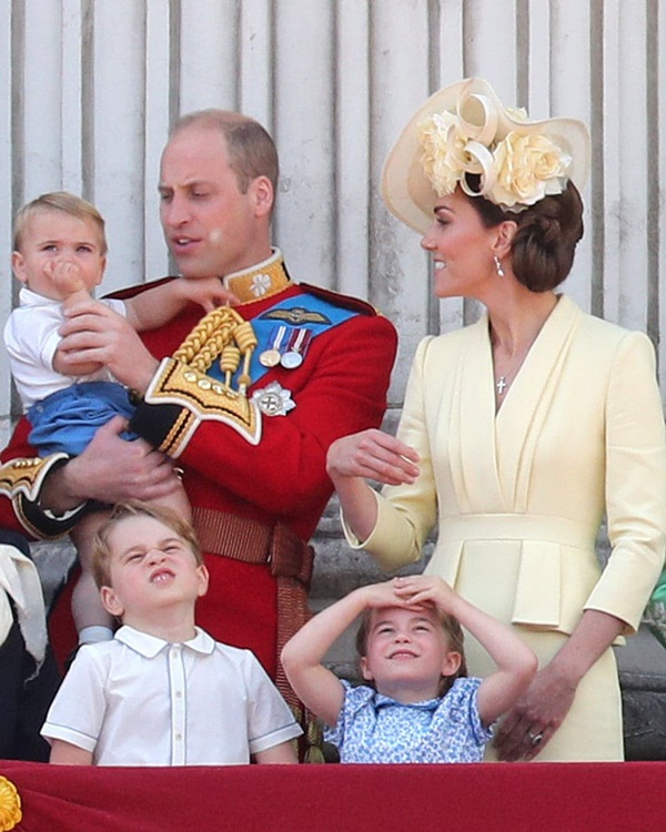 Khoảnh khắc Hoàng tử Louis lên cơn nghiện mút tay khiến người hâm mộ phát sốt và cách Công nương Kate xử lý cũng thật tài tình-4