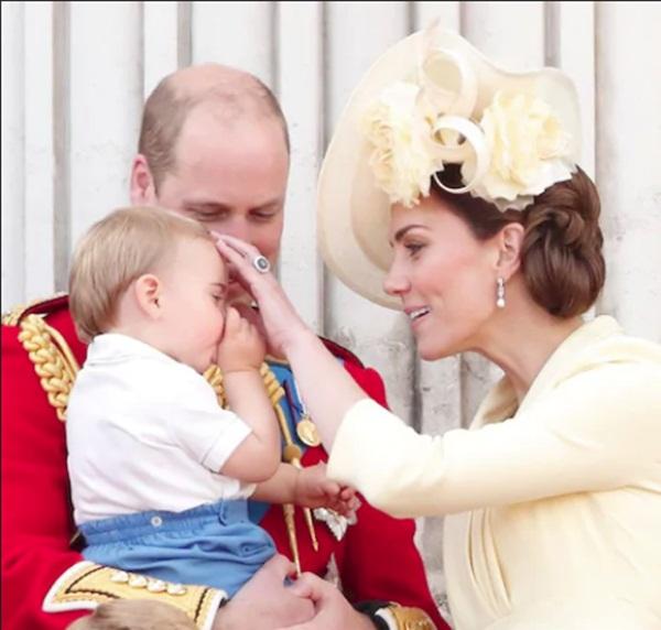 Khoảnh khắc Hoàng tử Louis lên cơn nghiện mút tay khiến người hâm mộ phát sốt và cách Công nương Kate xử lý cũng thật tài tình-5