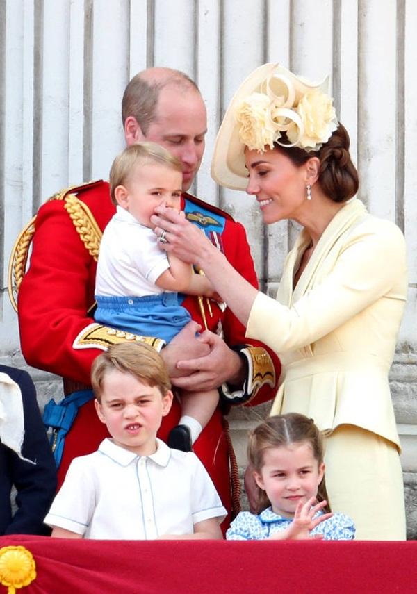 Khoảnh khắc Hoàng tử Louis lên cơn nghiện mút tay khiến người hâm mộ phát sốt và cách Công nương Kate xử lý cũng thật tài tình-6