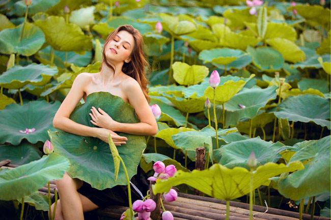 Thiếu nữ Ukraine buông lơi dây yếm, đẹp như tranh vẽ bên sen-3