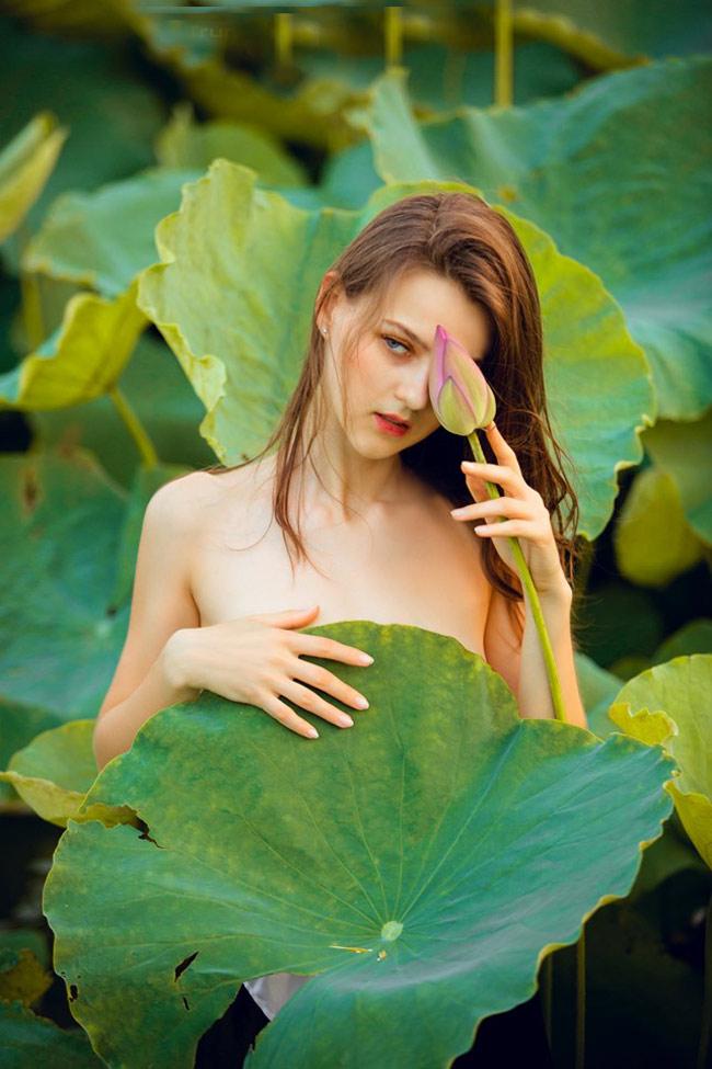 Thiếu nữ Ukraine buông lơi dây yếm, đẹp như tranh vẽ bên sen-4