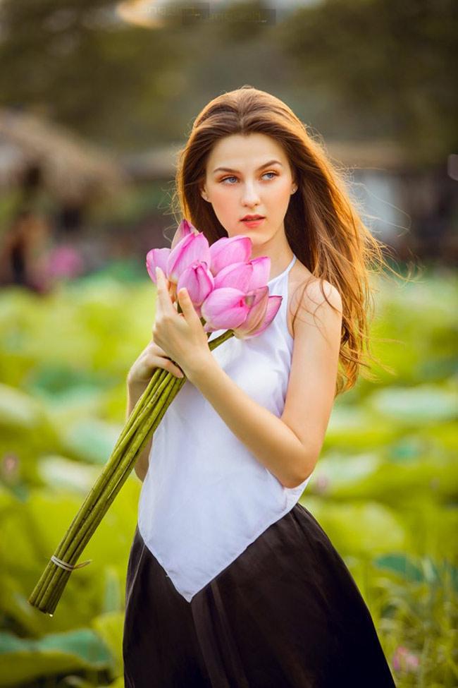 Thiếu nữ Ukraine buông lơi dây yếm, đẹp như tranh vẽ bên sen-12