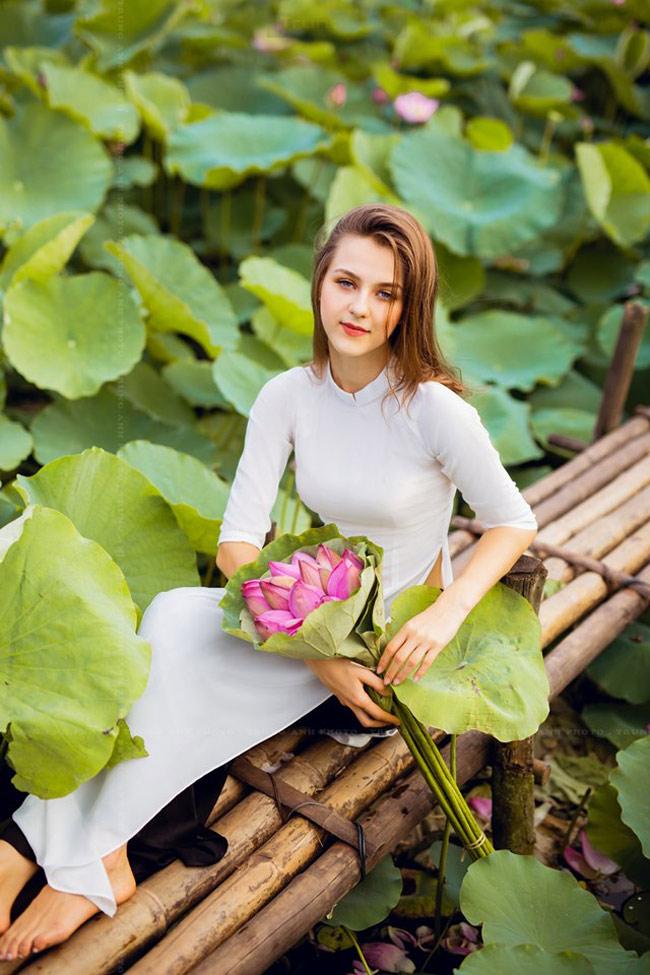 Thiếu nữ Ukraine buông lơi dây yếm, đẹp như tranh vẽ bên sen-19