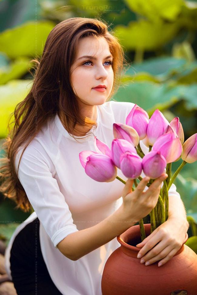 Thiếu nữ Ukraine buông lơi dây yếm, đẹp như tranh vẽ bên sen-10