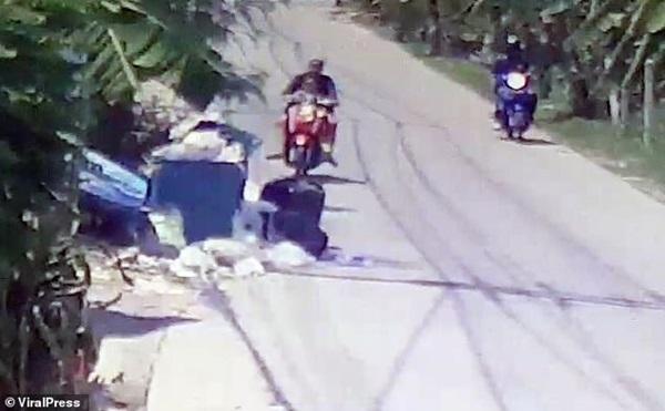 Hình ảnh gây sốc: Ác mẫu tự tay vứt con mới sinh còn nguyên dây rốn vào bãi rác, trên đường đi còn chở theo đứa lớn hơn-1
