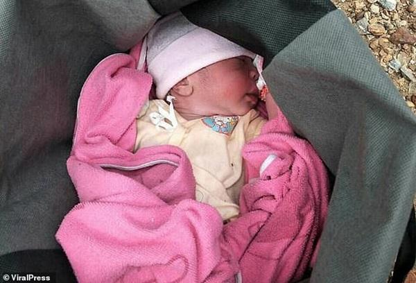 Hình ảnh gây sốc: Ác mẫu tự tay vứt con mới sinh còn nguyên dây rốn vào bãi rác, trên đường đi còn chở theo đứa lớn hơn-3