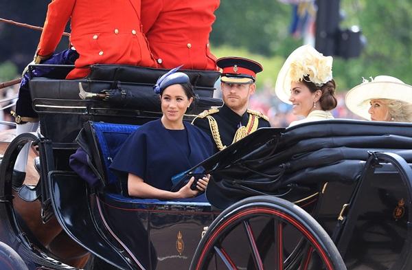 Hoàng tử Harry gây chú ý với gương mặt lạnh như tiền, không mấy vui vẻ khi ngồi cạnh vợ Meghan và lý do khiến ai cũng ngỡ ngàng-1