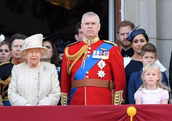 Hoàng tử Harry gây chú ý với gương mặt lạnh như tiền, không mấy vui vẻ khi ngồi cạnh vợ Meghan và lý do khiến ai cũng ngỡ ngàng-3