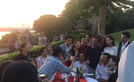 Về nhà đi con tiếp tục gây sốt: Cả dàn diễn viên vừa hát vừa ôm nhau tình cảm như một gia đình-1