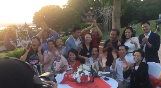 Về nhà đi con tiếp tục gây sốt: Cả dàn diễn viên vừa hát vừa ôm nhau tình cảm như một gia đình-2