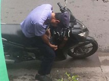 Clip: Nam thanh niên dừng xe, thản nhiên chích ma túy rồi vứt kim tiêm giữa đường đông người qua lại
