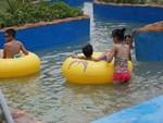 Không có công viên nước như ở thành phố, ông chú liền hô biến chuồng lợn thành bể bơi cho các cháu vui chơi dịp hè-4