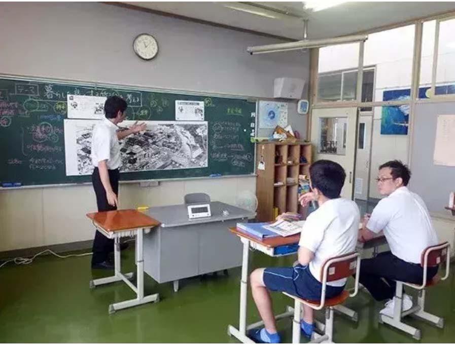 Toàn bộ giáo viên dồn sức dạy học sinh duy nhất của trường-2