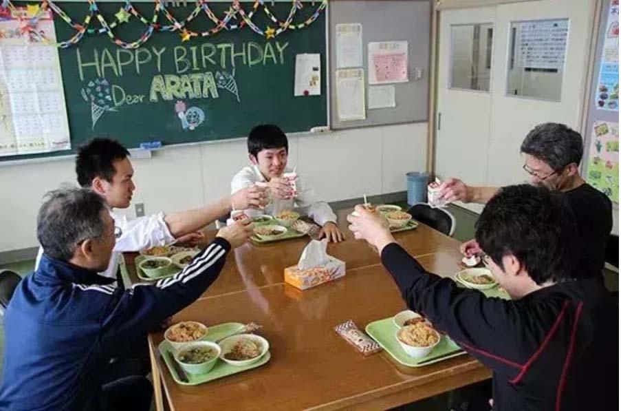 Toàn bộ giáo viên dồn sức dạy học sinh duy nhất của trường-8