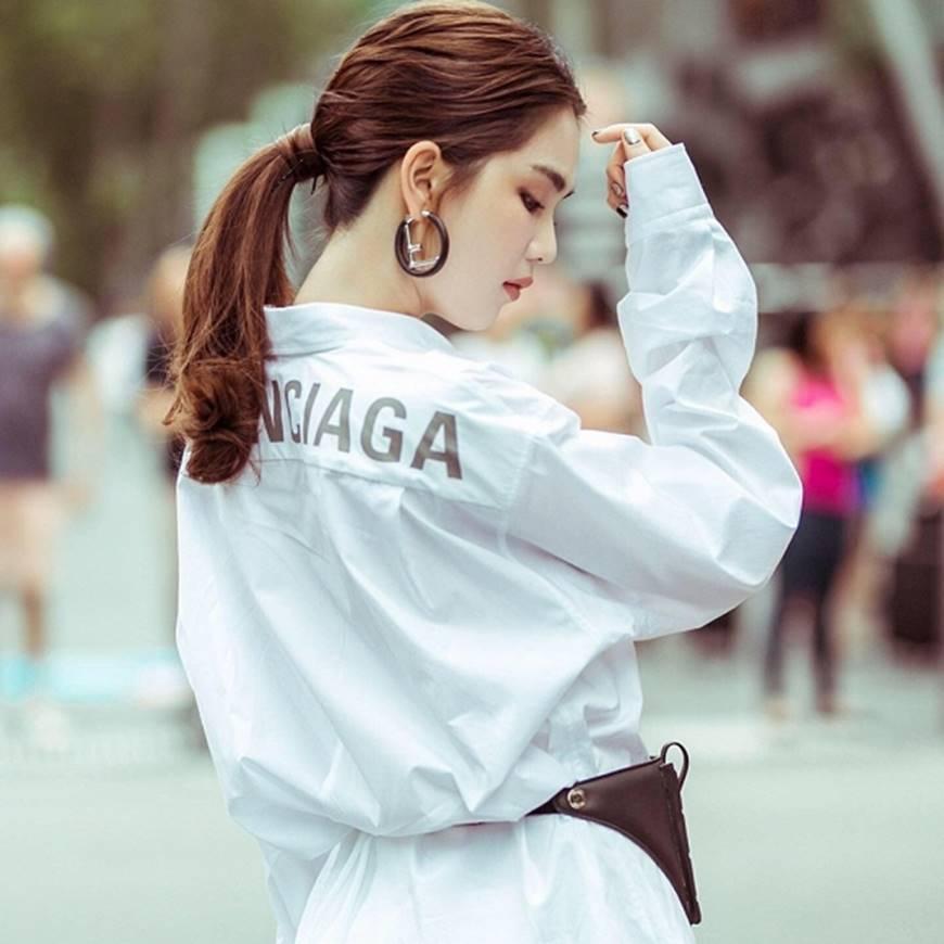Ngọc Trinh lại diện áo bra khoe đường cong gợi cảm trên đường phố Singapore-5