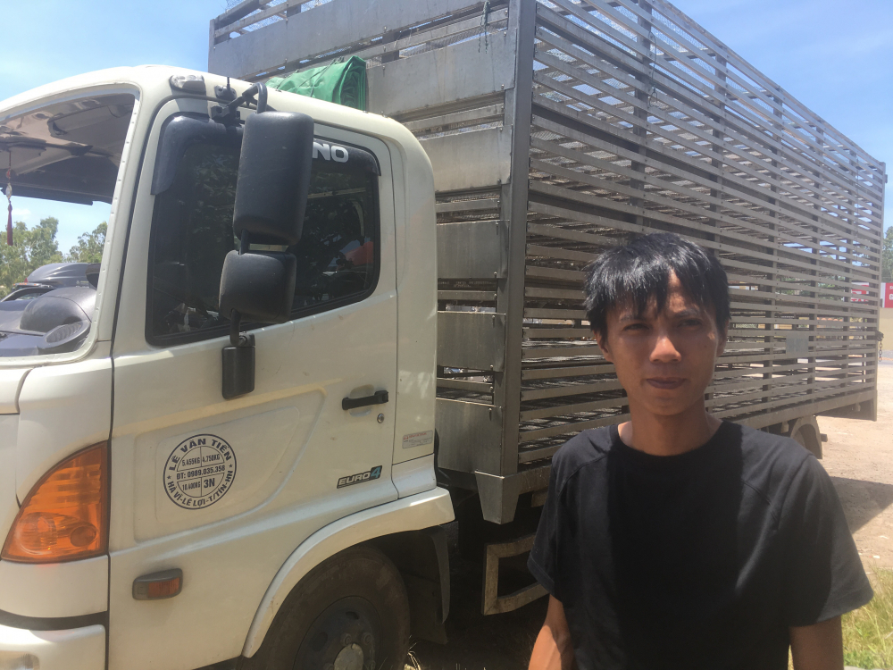 Hôi vịt trên xe tải bị lật ở Quảng Bình: 'Có người bắt đến chục con, lái xe chạy theo van xin mà không được-1