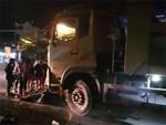 Hà Nam: Va chạm với xe tải ngã xuống đường, 2 người bị ô tô cán tử vong thi thể không còn nguyên vẹn-2