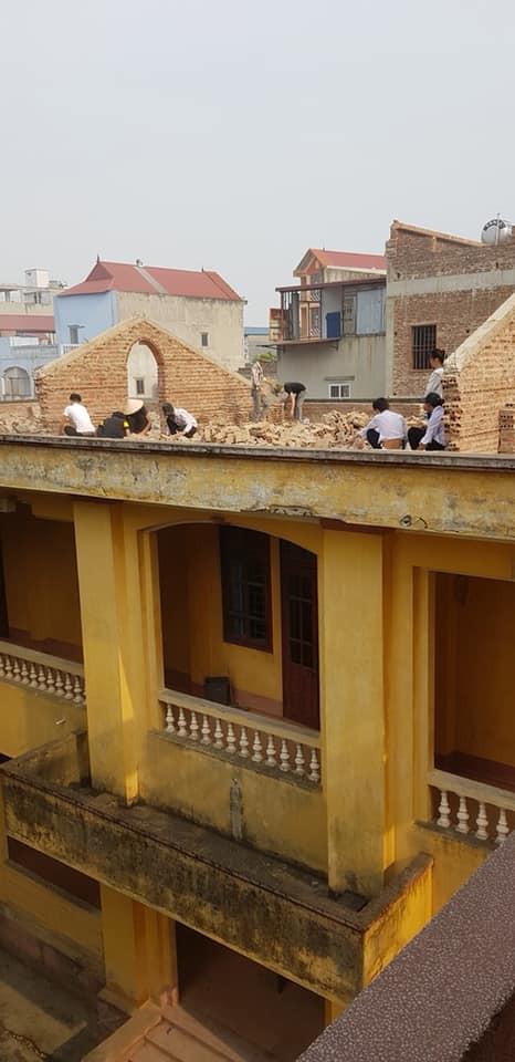 Xôn xao hình ảnh phạt 10 học sinh trèo lên mái nhà đẽo gạch giữa trời nắng nóng, hiệu trưởng nói gì?-1