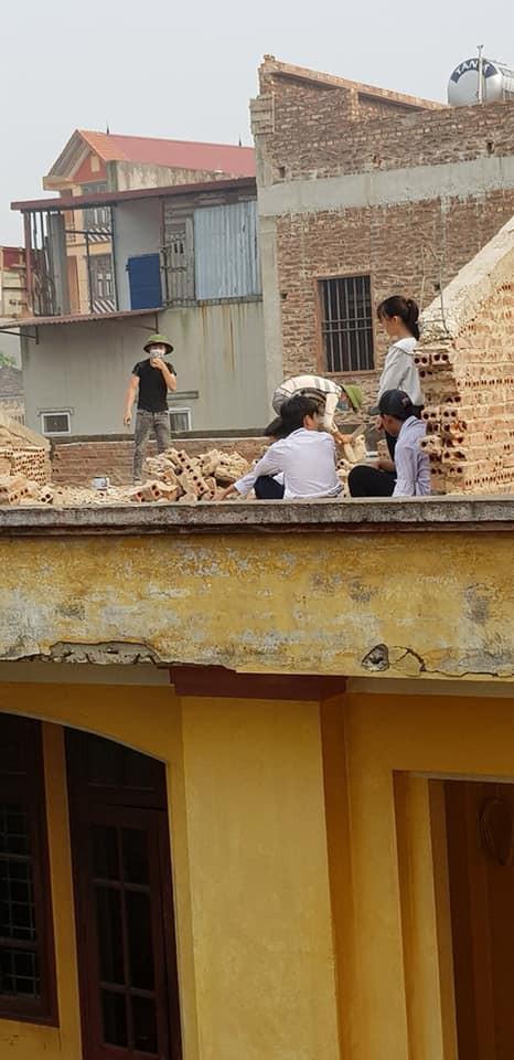 Xôn xao hình ảnh phạt 10 học sinh trèo lên mái nhà đẽo gạch giữa trời nắng nóng, hiệu trưởng nói gì?-2