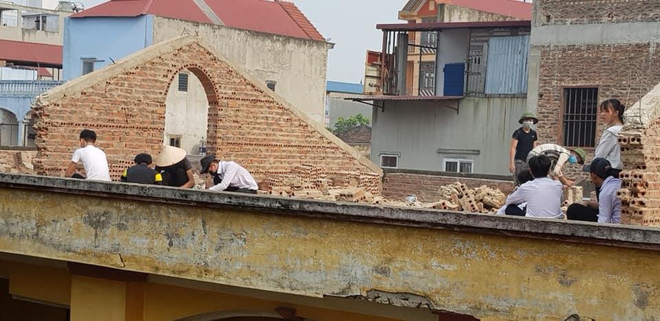 Xôn xao hình ảnh phạt 10 học sinh trèo lên mái nhà đẽo gạch giữa trời nắng nóng, hiệu trưởng nói gì?-3