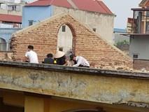 Xôn xao hình ảnh phạt 10 học sinh trèo lên mái nhà đẽo gạch giữa trời nắng nóng, hiệu trưởng nói gì?