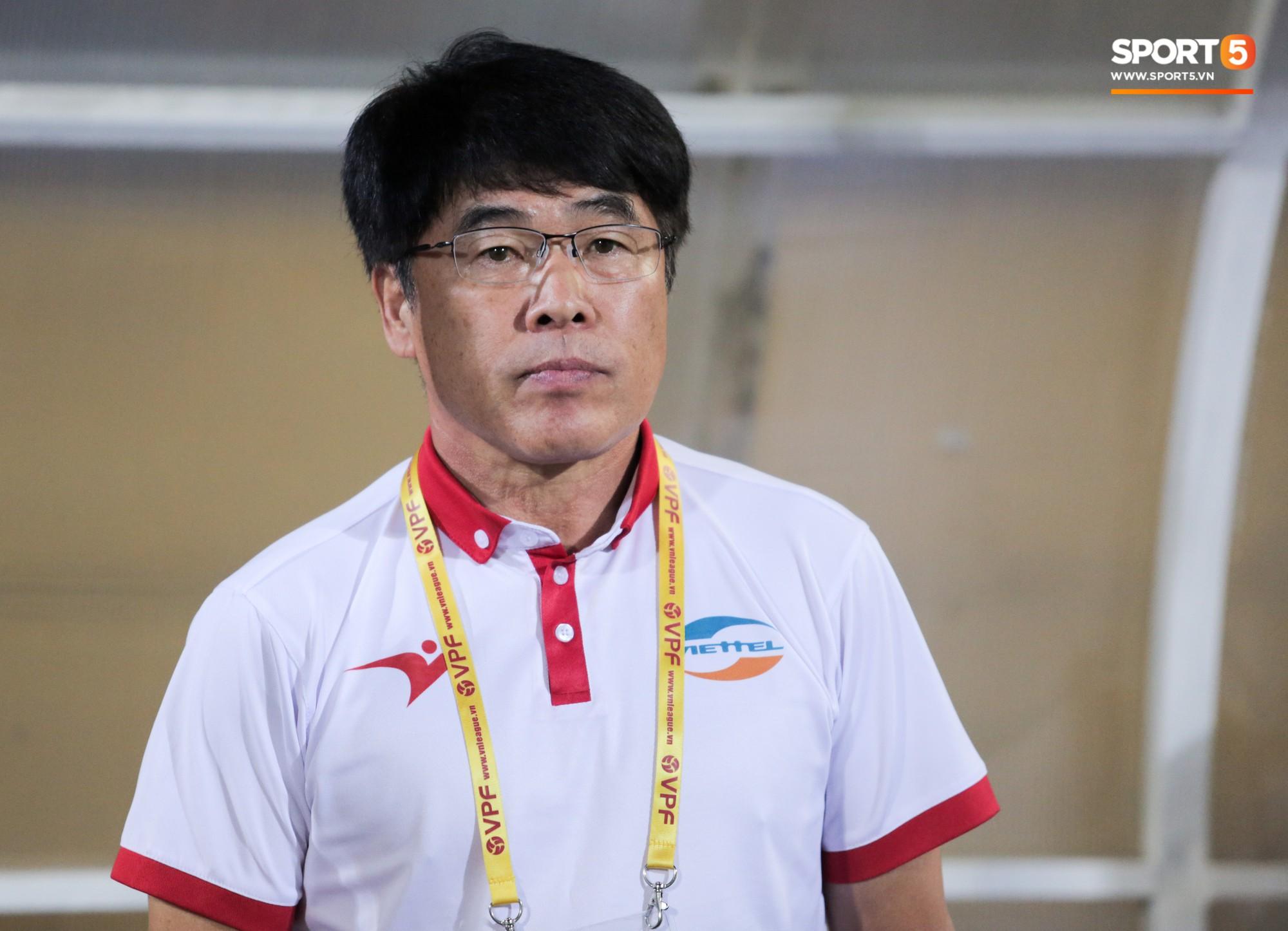 Vừa về Việt Nam, Quế Ngọc Hải, Tiến Dũng nhận tin không vui trước vòng 13 V.League 2019-2