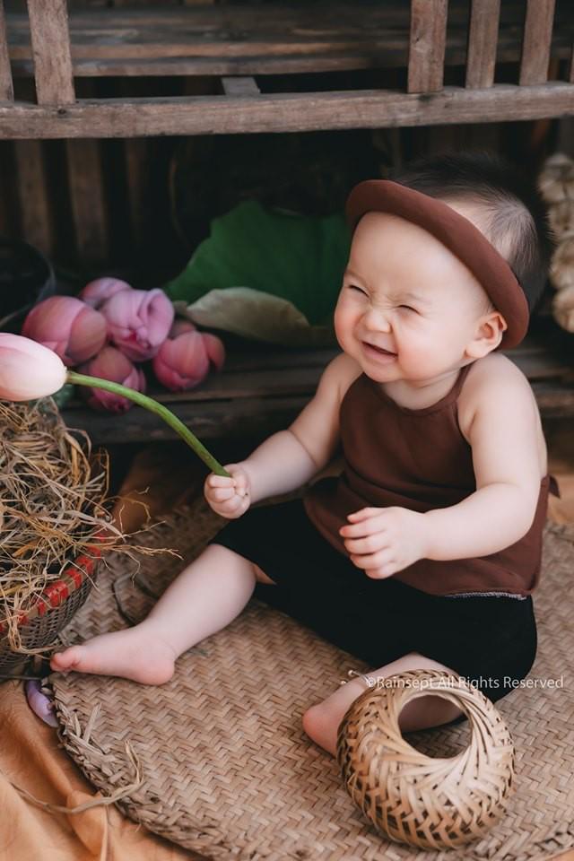 Giữa cơn bão tranh cãi về trào lưu chụp ảnh ở hồ sen, bộ ảnh em bé với hoa sen trong trẻo khiến các mẹ mê mẩn-4