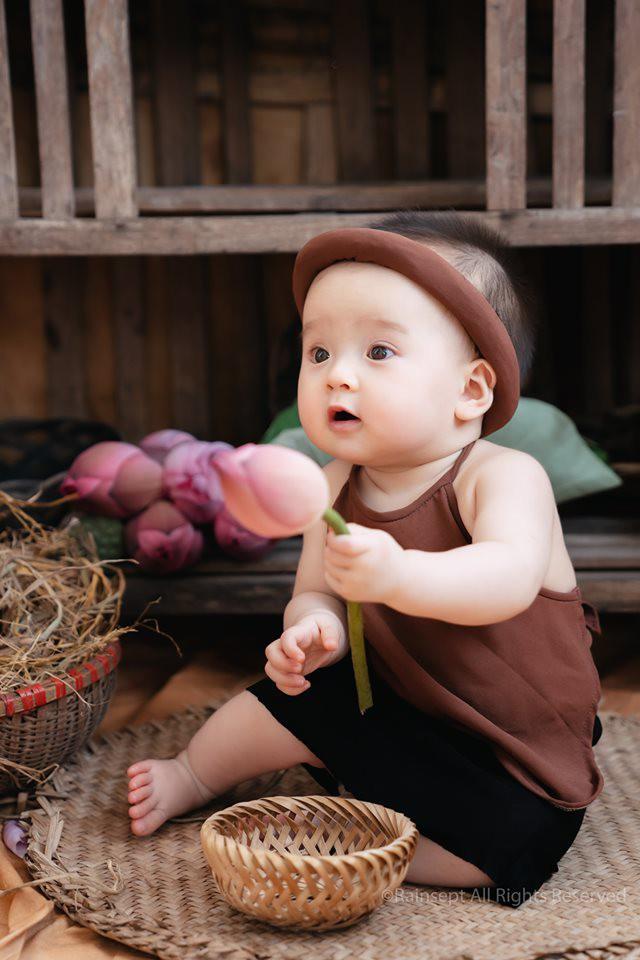 Giữa cơn bão tranh cãi về trào lưu chụp ảnh ở hồ sen, bộ ảnh em bé với hoa sen trong trẻo khiến các mẹ mê mẩn-5