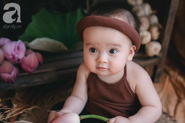 Giữa cơn bão tranh cãi về trào lưu chụp ảnh ở hồ sen, bộ ảnh em bé với hoa sen trong trẻo khiến các mẹ mê mẩn-2