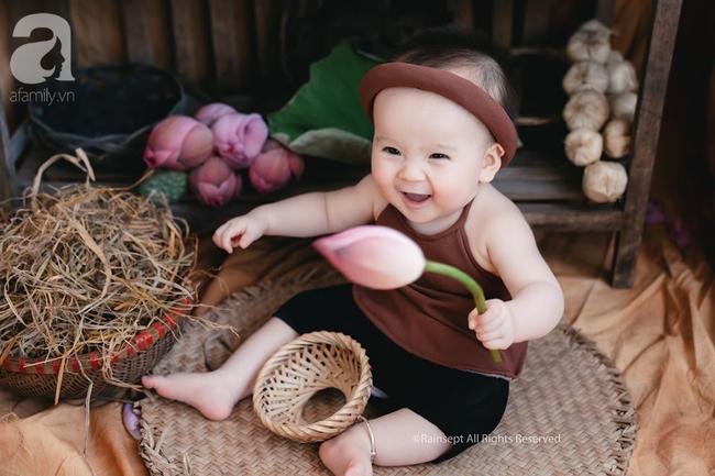 Giữa cơn bão tranh cãi về trào lưu chụp ảnh ở hồ sen, bộ ảnh em bé với hoa sen trong trẻo khiến các mẹ mê mẩn-3