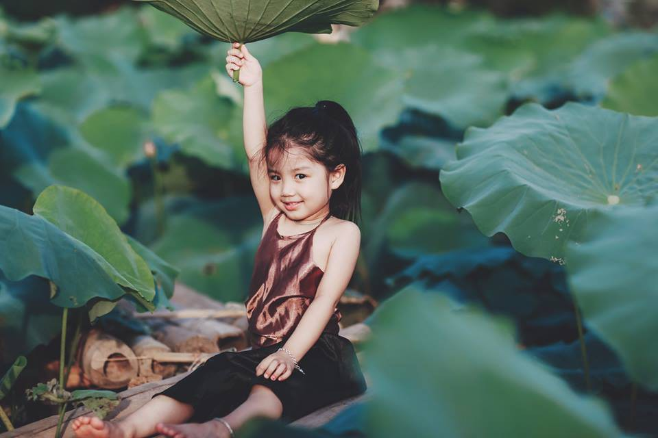 Giữa cơn bão tranh cãi về trào lưu chụp ảnh ở hồ sen, bộ ảnh em bé với hoa sen trong trẻo khiến các mẹ mê mẩn-13