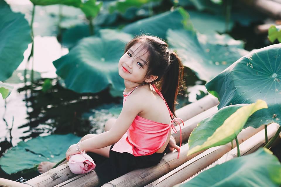 Giữa cơn bão tranh cãi về trào lưu chụp ảnh ở hồ sen, bộ ảnh em bé với hoa sen trong trẻo khiến các mẹ mê mẩn-15