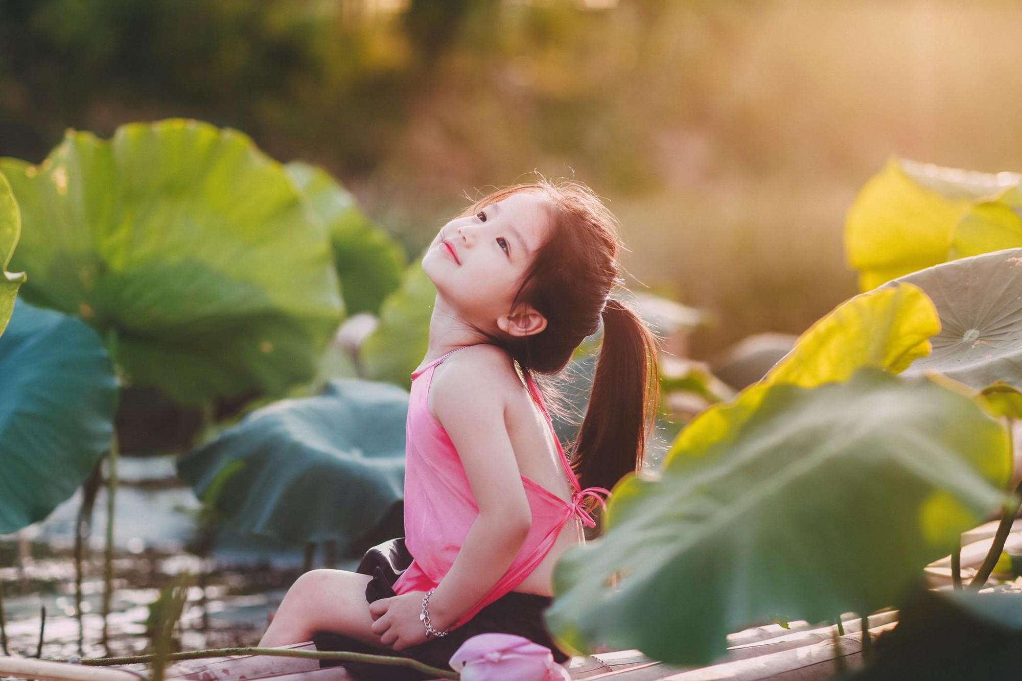 Giữa cơn bão tranh cãi về trào lưu chụp ảnh ở hồ sen, bộ ảnh em bé với hoa sen trong trẻo khiến các mẹ mê mẩn-7