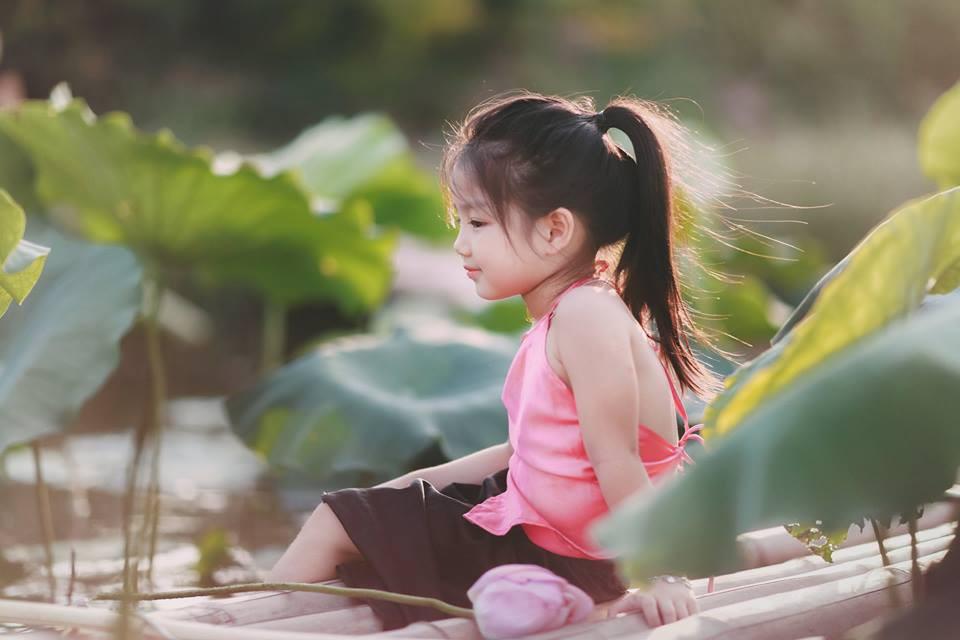 Giữa cơn bão tranh cãi về trào lưu chụp ảnh ở hồ sen, bộ ảnh em bé với hoa sen trong trẻo khiến các mẹ mê mẩn-16