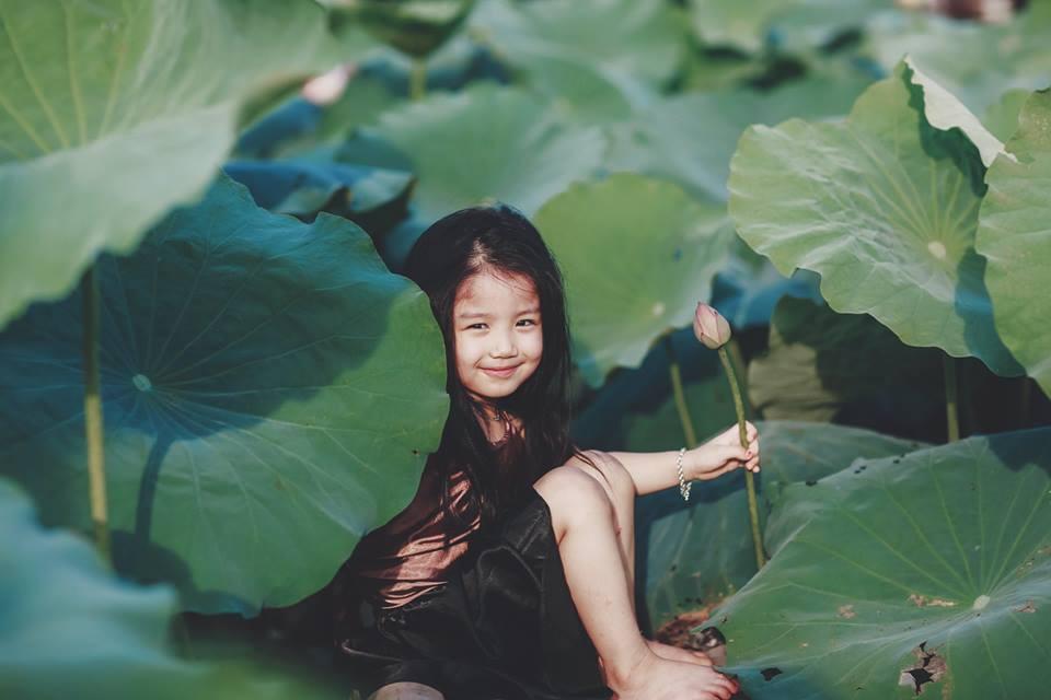 Giữa cơn bão tranh cãi về trào lưu chụp ảnh ở hồ sen, bộ ảnh em bé với hoa sen trong trẻo khiến các mẹ mê mẩn-17