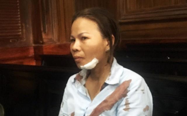 Vợ bị cáo bị người thân nạn nhân đánh chảy máu đầu giữa phiên xử-1